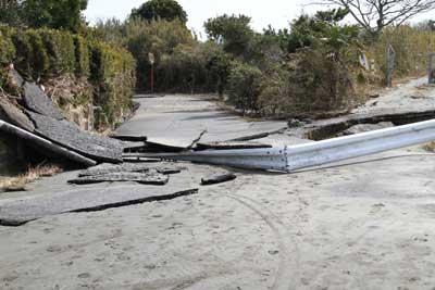 周辺道路のアスファルトやガードレールがめちゃくちゃになりました。
