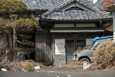 玄関脇の白壁に津波のあとがくっきりとついています