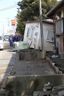 ブロック塀が倒れ、家も道路側へ押し出されています