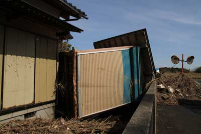 津波のあと、庭先にどこかのお宅の小屋が流れついていたとのこと