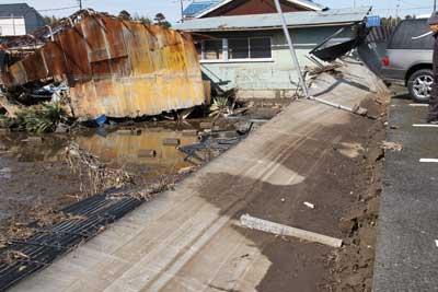 コンクリート塀も押し倒す水の威力