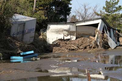 津波で押しつぶされた小屋