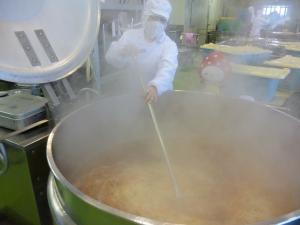 お味噌汁を混ぜている写真