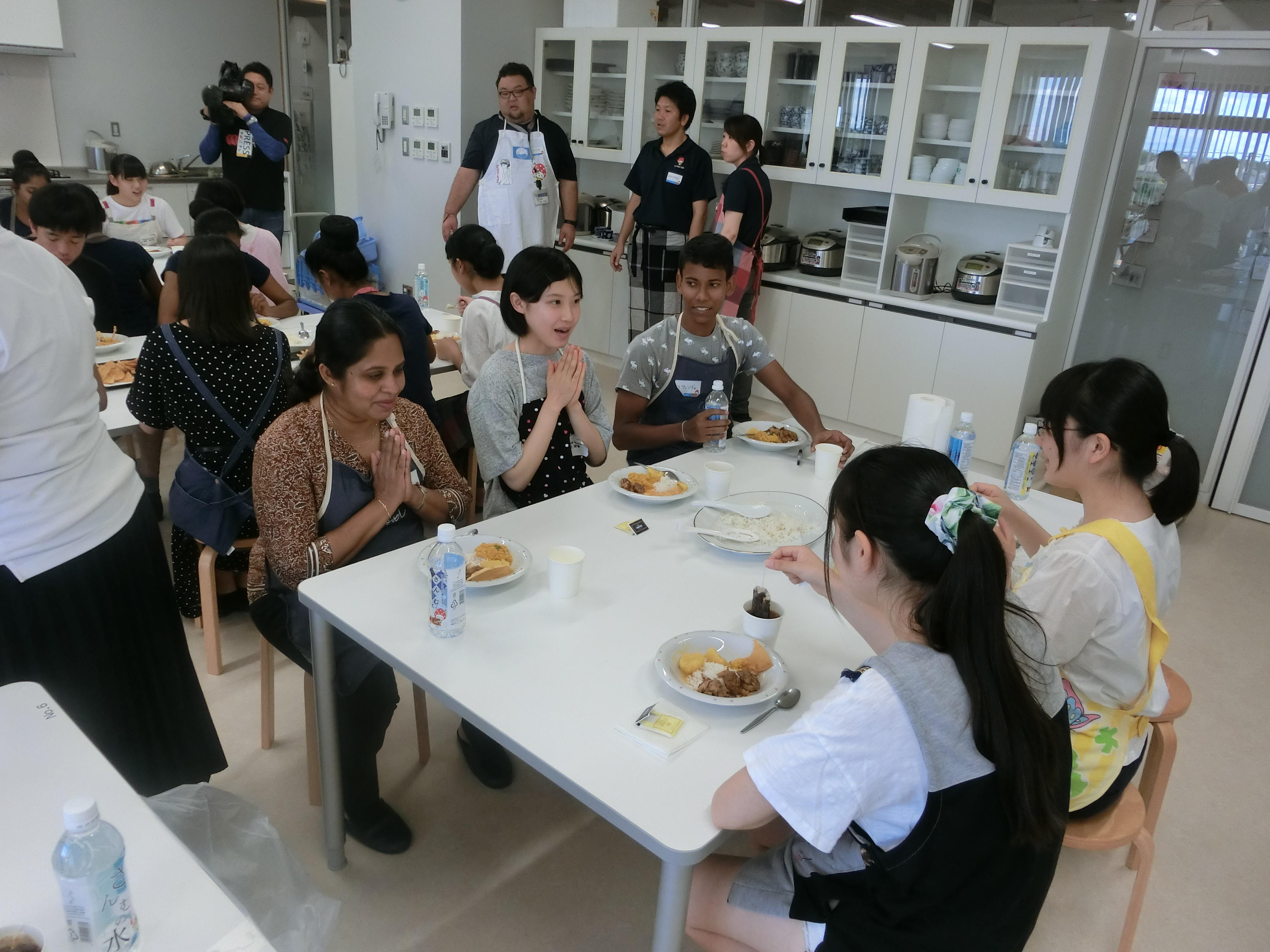 SNECCと日本の学生が一緒にカレーを食べる